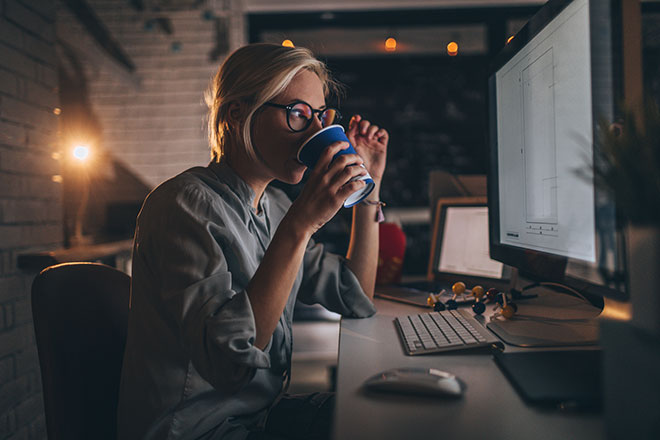 Women-working-overtime-on-computer-new-overtime-rules